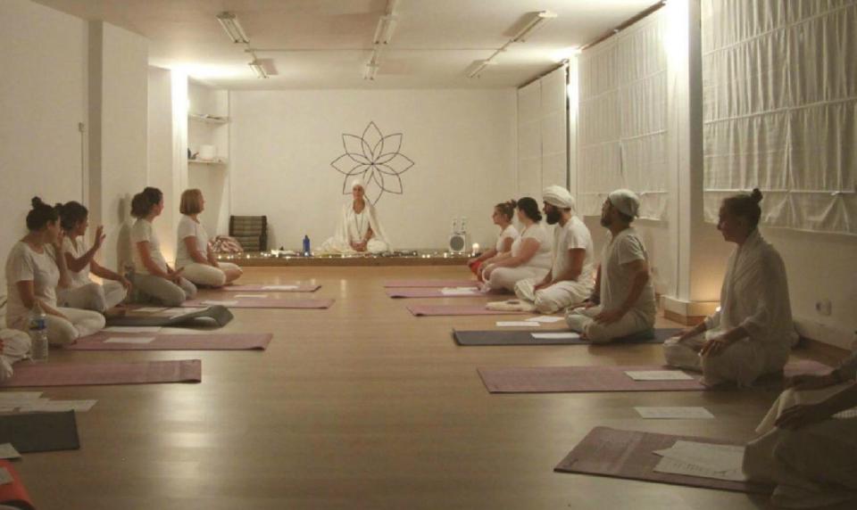 """La mejor manera de empezar el día es haciendo yoga. El Sadhana es una de las disciplinas básicas del Kundalini Yoga. Si nunca lo has vivido, ven a experimentarlo. La sesión no tiene ningún coste, simplemente envíanos un mail para saber que contamos contigo por cuestiones de aforo. También se usa la palabara """"sadhana"""" con […]"""