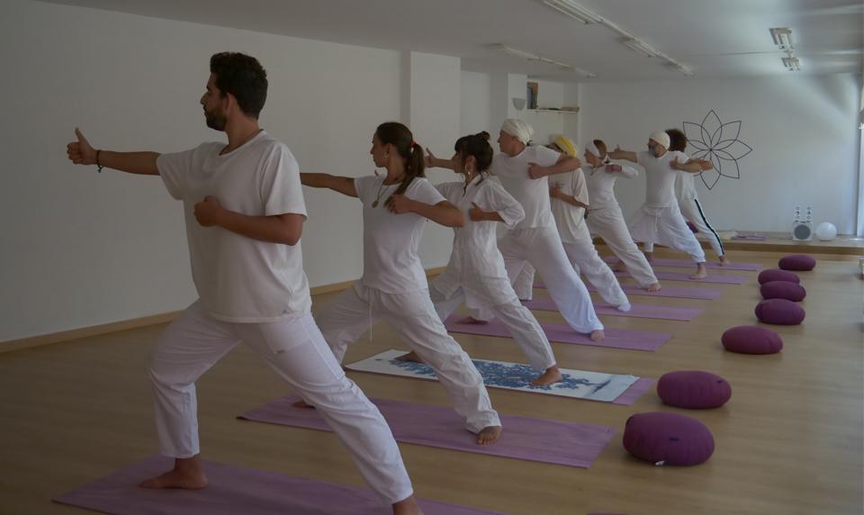 El Yoga Kundalini, introducido en el oeste por Yogi Bhajan en 1969, es una poderosa tecnología para promover la salud y una sensación de bienestar.