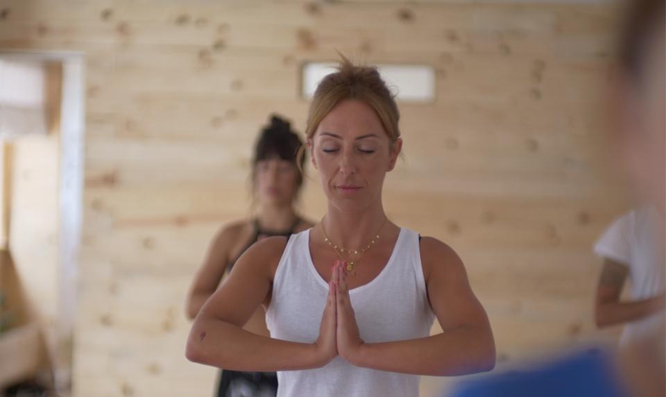 Vinyasa es un término en sánscrito que significa sincronización del movimiento sobre la respiración. El yoga vinyasa deriva del yoga ashtanga,una modalidad de yoga que consiste en ejecutar una serie de posturas en un orden específico. El yoga vinyasa es más libre y creativo. La secuencia de movimientos son el fruto de la experiencia adquirida […]